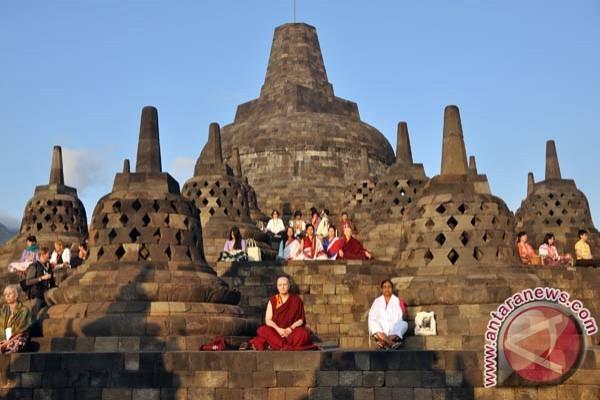Pengunjung Borobudur Pertama 2017 Diarak Naik Gajah