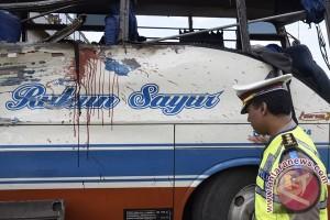 Warga Tomohon evakuasi korban bus masuk sungai