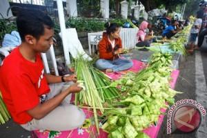 Bungkus ketupat daun pandan diminati warga Palembang