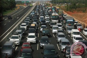Volume kendaraan di tol ke luar Jakarta naik 30 persen awal Mei