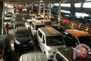 Ribuan kendaraan pribadi padati Merak