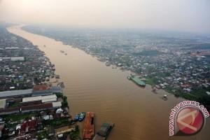 Ratusan relawan bersihkan Sungai Kapuas