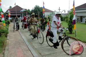 """Ribuan """"onthel"""" padati Kota Malang"""