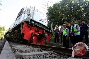 KA Matarmaja anjlok, polisi bantu evakuasi penumpang