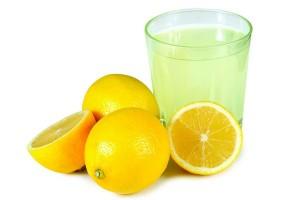 Minum air lemon hangat di pagi hari bisa rusak gigi