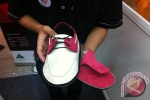 Mahasiswa ITS buat sandal khusus tunanetra