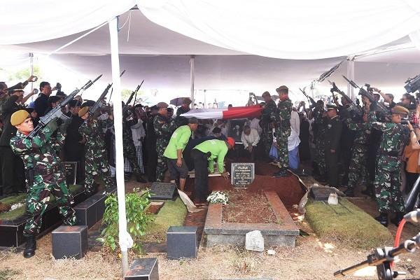 Salvo iringi pemakaman Adnan Buyung