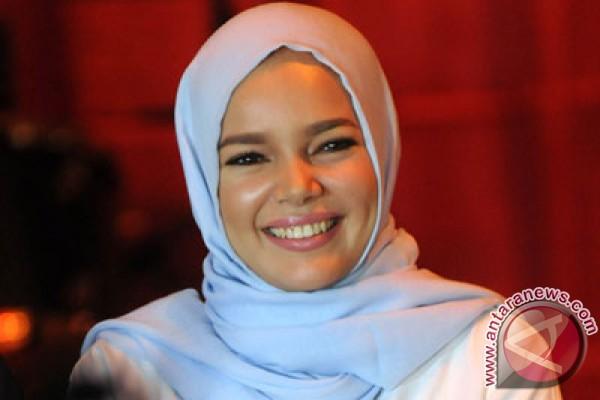 Dewi Sandra, Oki Setiana Dewi Galang Dana Bangun Masjid Sevilla