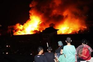 Ratusan warung, kios di Pasar Martapura terbakar