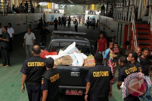 Aceh`s customs and excise destroys 16 tons of illegal sugar