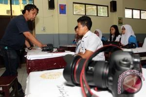 Pewarta foto ANTARA ajari polisi teknik fotografi