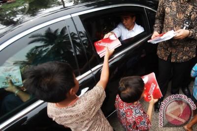 Presiden Jokowi bagikan buku ke panti asuhan