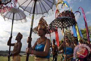 Memasak kuliner betutu tarik perhatian pengunjung Nusa Dua Fiesta