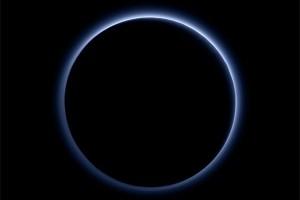 Di Pluto ada langit biru dan air