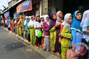 Ribuan warga perebutkan nasi jangkrik goreng
