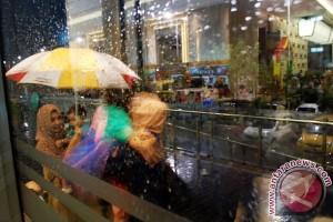 Hujan urai asap di bandara Pekanbaru