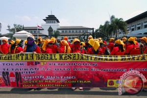 Aspek Indonesia: PP Pengupahan kebiri hak pekerja