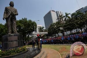 """Buruh """"long march"""" berkumpul di Tugu Proklamasi"""