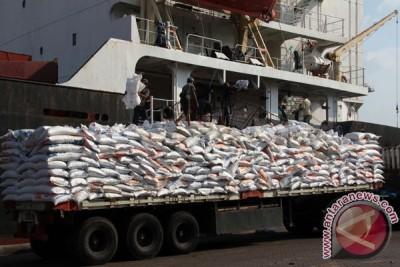 Beras impor Myanmar tertahan di Tanjung perak