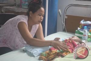 Bayi dengan usus di luar meninggal dunia