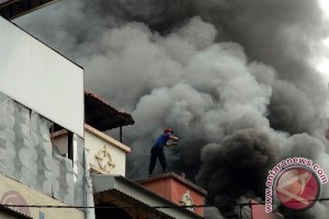 Seorang petugas pemadam tewas tertimpa reruntuhan saat kebakaran