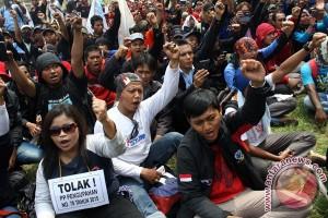 Buruh Karawang blokir Jalan Ahmad Yani hingga 10 jam