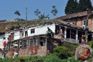 Angin kencang rusak sejumlah bangunan di Batam