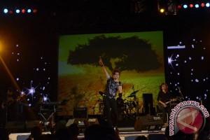 Rock lebih asyik ditonton di panggung, kata Andi rif