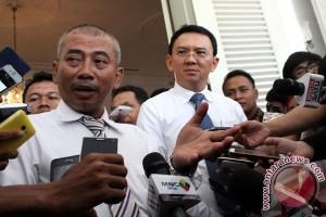 RE Ketua Partai Golkar Bekasi dilantik di kandang kambing Bantar Gebang