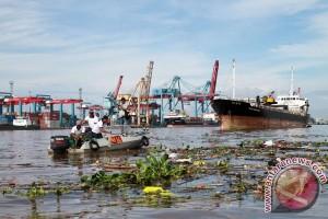 Mahasiswa dan Dekan bersih-bersih Sungai Karang Mumus