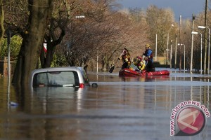 Topan akibatkan banjir dan penutupan jalan di Inggris