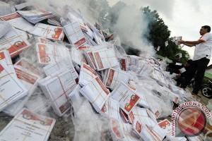 Puluhan undangan mencoblos ditemukan di tong sampah