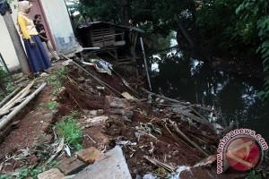 Seorang tewas tertimbun longsor di Bandung