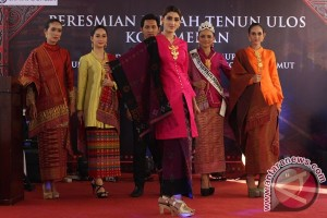 Fashion Show Busana Ulos