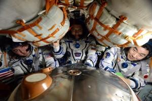 Tiga kru Stasiun Antariksa Internasional mendarat di Kazakhstan