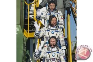 Astronot Inggris, Rusia dan Amerika tiba di stasiun antariksa