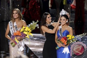 Diserang Miss Jerman, Miss Universe pamer mahkota