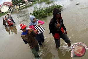 Surabaya banjir akibat saluran air dan laut pasang