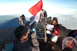 Seribu lebih pendaki rayakan kemerdekaan di Gunung Kerinci