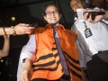 Anggota Komisi V DPR RI Damayanti Wisnu Putranti dikawal petugas keluar gedung KPK seusai menjalani pemeriksaan perdana sebagai tersangka di Jakarta, Senin (18/1). Damayanti diperiksa KPK terkait kasus suap proyek di Kementerian Pekerjaan Umum dan Perumahan Rakyat bersama dua tersangka lainnya Dessy A Edwin dan Julia Prasetyarini. ANTARA FOTO/M Agung Rajasa/pras/16.