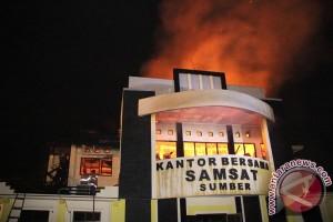 Kantor Samsat Sumber Cirebon terbakar