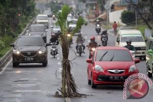 Jalan rusak di Temanggung, warga mengeluh karena sering kecelakaan