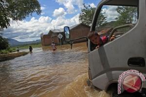 Trans utara Flores putus akibat diterjang banjir