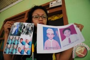 Para orang tua yang mencari anak karena Gafatar