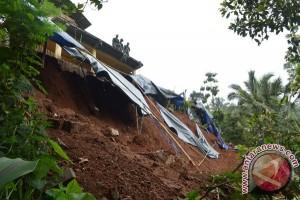 Satu orang tewas akibat Tebing longsor