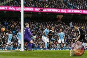 Huth antar Leicester unggul lima angka di puncak klasemen