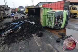 Satu tewas truk terbalik di turunan Semarang
