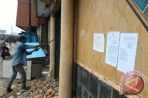 Perabotan kafe milik Daeng Azis dievakuasi