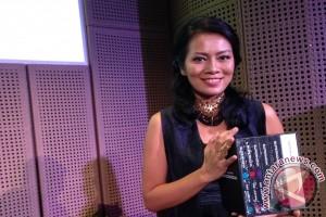 Dewi Lestari berbagi pengalaman menulis di MIWF
