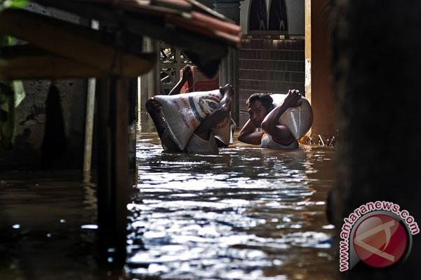 Pertokoan Tutup Akibat Banjir Di Dayeuhkolot Kabupaten Bandung